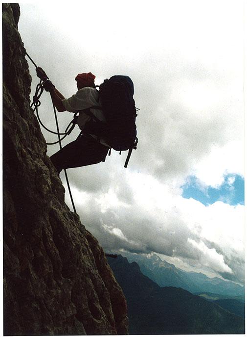 Sasha tetap menjalankan hobinya mendaki gunung walaupun masih mengandung Lio credit Martin Spinelli