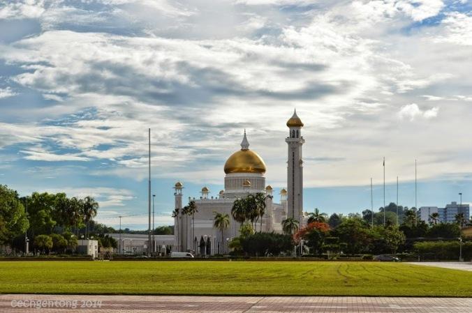 Pandangan sebelah barat Taman Haji Sir Muda Omar Ali Saifuddien yaitu Mesjid Sultan Omar Ali Saifuddien