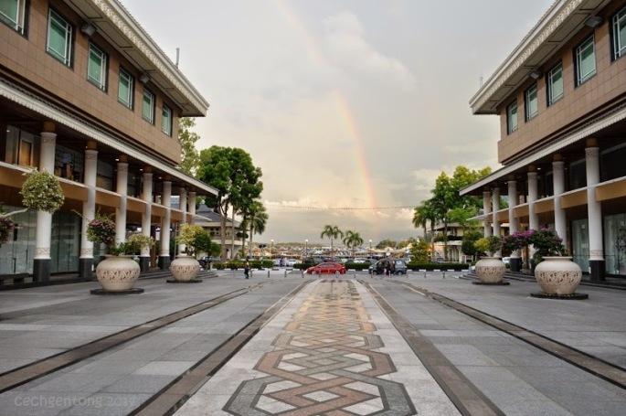 Yayasan Sultan Haji Hassanal Bolkiah Complex sebelah selatan