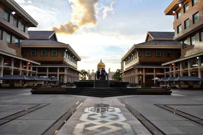 Yayasan Sultan Haji Hassanal Bolkiah Complex sebelah utara