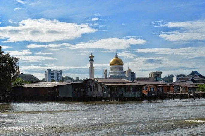 Masjid Sultan Omar Ali Saifuddien terlihat jelas