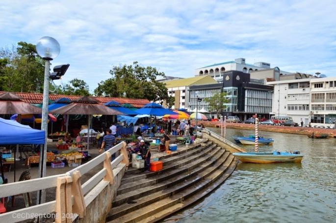 Suasana Tamu Kianggeh di pinggir sungai Kianggeh