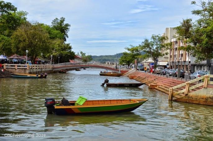 Taksi air bersandar di Tamu Kianggeh dan siap mengantarkan turis mengeliling Kampong Ayer