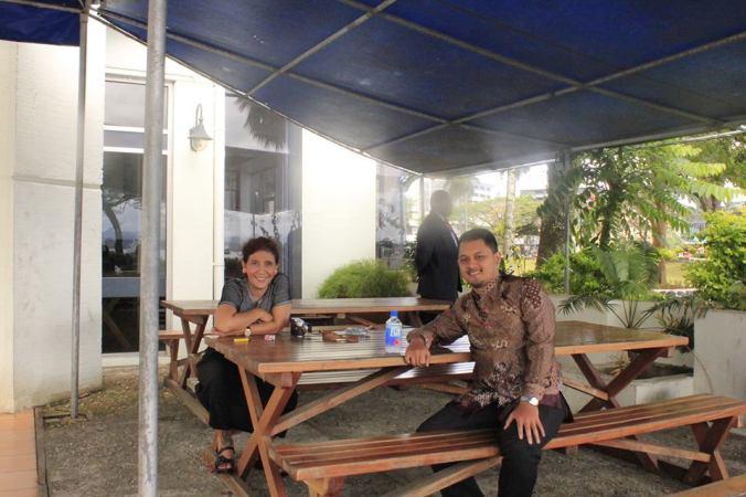 Santai sejenak dengan staf KBRI Suva setelah blusukan di kota Suva (dok. Fajar)