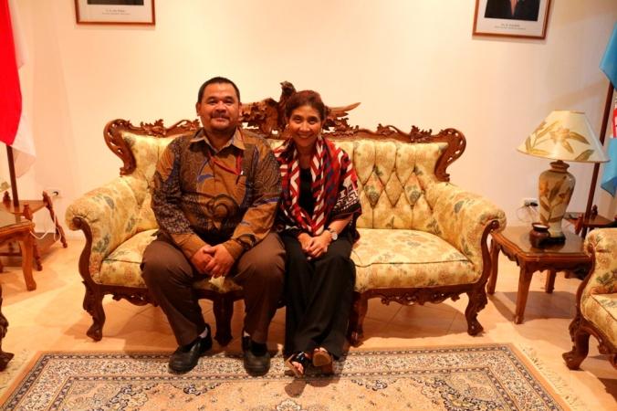 Menteri Susi foto bersama dengan Penguasa Pergentongan (dok. Cech)