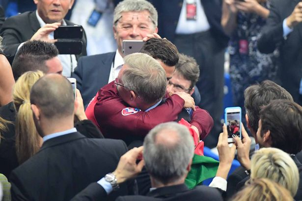 Cristiano-Ronaldo-embraces-his-former-manager-Sir-Alex-Ferguson